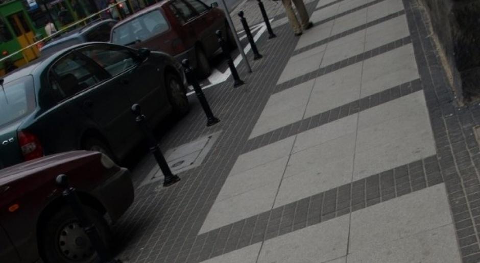 Będzie zakaz parkowania na chodniku