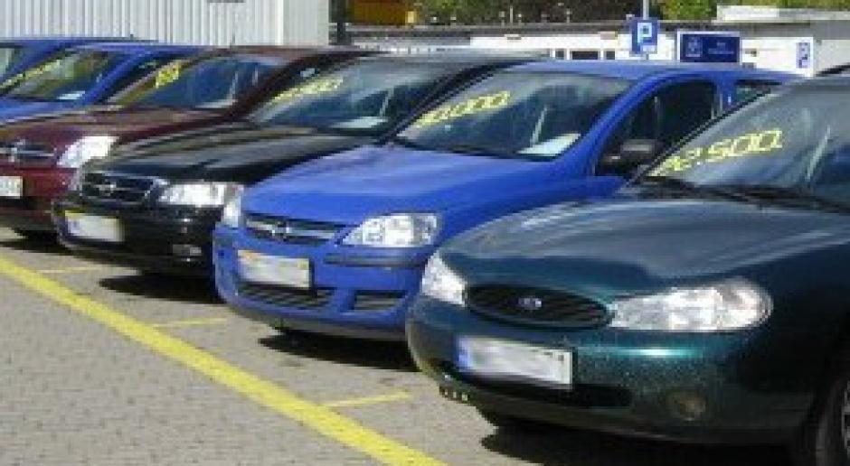 Słaby złoty zatrzymał import aut
