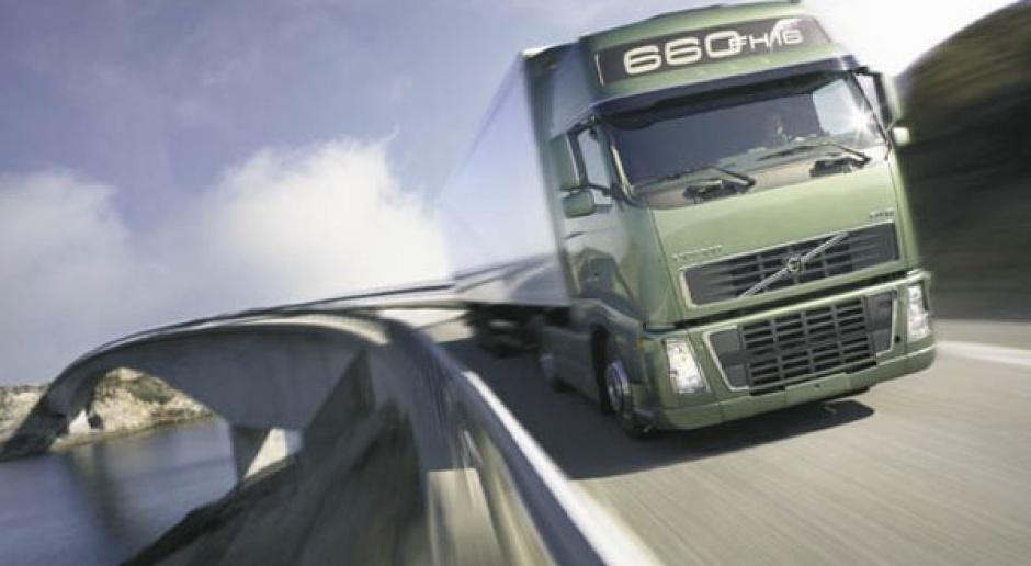 Ciężarowe Volvo w dół o połowę