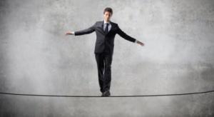 Eksperci: świat walczy z kryzysem na dwa sposoby