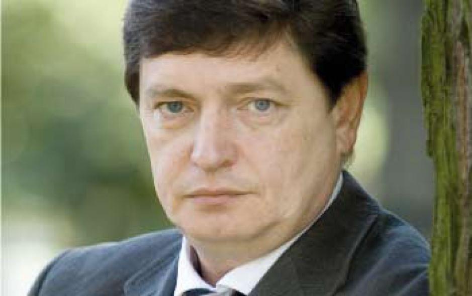 Konstanty Litwinow  przewodniczący rady nadzorczej Huty Stali Częstochowa   Fuzja źle się odbije  na odbiorcach   Fuzja koncernów Arcelor i Mittal Steel, będąca wydarzeniem, które zdominowało mijający rok, prawdopodobnie przyspieszy konsolidację wśród innych dużych graczy na rynku stali. Jestem przekonany, że można oczekiwać podobnych działań konsolidacyjnych ze strony koncernów rosyjskich czy dalekowschodnich.  Fuzja obu koncernów, jak każda tego typu zmiana na rynku  zmierzająca w kierunku monopolu, przypuszczalnie odbije się negatywnie na sytuacji odbiorców. Należy liczyć się z tym, że w niedługiej perspektywie pozycja odbiorców w negocjacjach handlowych będzie trudniejsza, a warunki dostaw mniej korzystne.