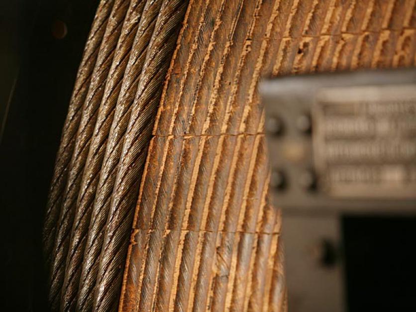 Zabytkowy, oryginalny bęben maszyny wyciągowej, pokryty dębową klepką