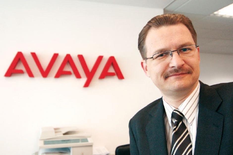 Wojciech Głownia , Avaya Poland Głównym kierunkiem, w jakim zmierza rynek usług telekomunikacyjnych dla biznesu, jest zunifikowana komunikacja, integrująca różne rodzaje kontaktu, jak komunikacja głosowa, poczta elektroniczna, komunikatory, komunikacja mobilna, działająca w oparciu o telefonię IP. Sama telefonia IP nie jest już nowością, a raczej standardem w wielu firmach, gdzie narasta potrzeba wymiany starych central TDM na nowe IP albo chociaż częściową migrację do IP. Telefonia IP w firmach to naturalny pierwszy krok w unowocześnianiu przedsiębiorstwa i zwiększanie konkurencyjności poprzez bardziej efektywną komunikację i mniejsze koszty. Kolejnym jest właśnie zunifikowana komunikacja.
