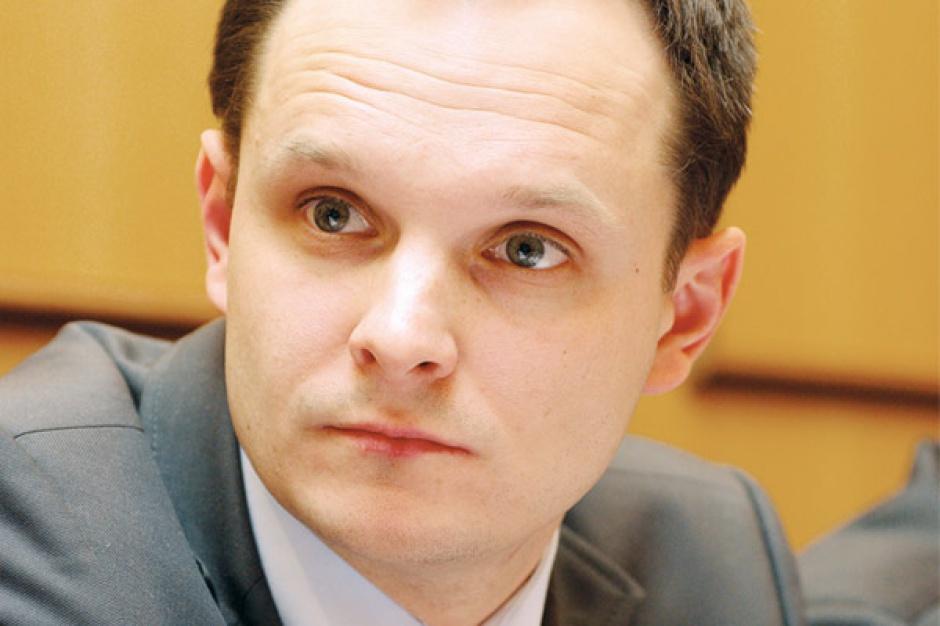 Andrzej Modzelewski, dyrektor do spraw koordynacji sieci i sprzedaży, RWE East     Polityka energetyczna Unii Europejskiej powinna mieć te same cele jakościowe dla każdego z rynków, ale przy uwzględnieniu jego specyfiki i planowaniu dochodzenia do nich. Inaczej powinien być traktowany rynek francuski, gdzie przewaga energii jądrowej gwarantuje niższe ceny dla odbiorów końcowych, przy nałożeniu nawet zasadniczych restrykcji związanych z emisjami, a inaczej rynek, który bazuje w 90 proc. na wytwarzaniu energii z węgla.     Rola Komisji w przestawieniu produkcji energii z konwencjonalnych źródeł na nisko- lub zeroemisyjne jest nie do przecenienia, ale droga dojścia do celu powinna brać pod uwagę indywidualne uwarunkowania każdego kraju członkowskiego, jego miks energetyczny oraz specyfikę infrastrukturalną.