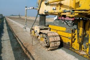 Ruszyło układanie nawierzchni betonowej na odcinku A1