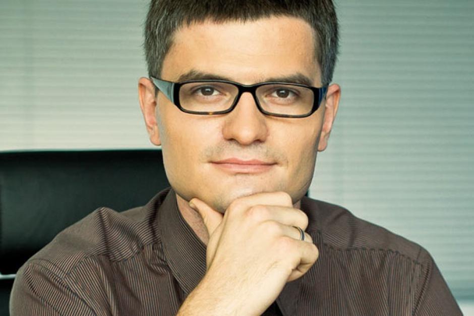 Dariusz Kuśmierek  Asseco Business Solutions      Popularnym rozwiązaniem staje się zakup systemów informatycznych w modelu pełnego outsourcingu. Dzięki temu klient nie musi ponosić nakładów finansowych związanych z nabyciem sprzętu, oprogramowania, a także zatrudnieniem specjalistów - wszystko to leży w gestii dostawcy. Odpowiada on nie tylko za wdrożenie oprogramowania, ale także za jego kompleksowe utrzymanie wraz z platformą sprzętową i systemową, dzierżawę aplikacji i urządzeń, usługi administracyjne, bazodanowe, bezpieczeństwo przetwarzania danych czy help desk dla użytkowników oraz szkolenia.