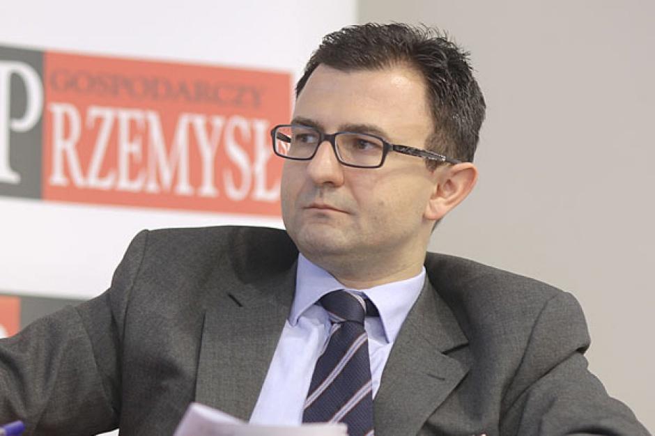 Michał Lubieniecki,   wiceprezes zarządu Icentis Corporate Solutions      Nie jest polską specyfiką to, że w branży energetycznej o wiele więcej projektów jest przygotowywanych, niż potem jest realizowanych. Sporo projektów jest zaczynanych, część wchodzi w fazę przygotowawczą, a realizowana jest jeszcze mniejsza część.     To, ile planowanych bloków powstanie, w dużym stopniu zależy od tego, czy mówimy o decyzji grup energetycznych, które już mają duże zasoby generacyjne, i tego, czy będą budować nowe, czy też modernizować istniejące bloki.     Kalendarze odstawień starych bloków energetycznych i plany budowy nowych są konserwatywne i ze sporymi rezerwami.     W zależności od tego, jak będą się kształtować prognozy cen energii, paliw oraz CO 2 , grupy mogą elastycznie decydować, czy budować nowe, czy odtwarzać stare jednostki.