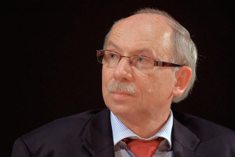 Janusz Lewandowski  komisarz UE ds. budżetu i programowania finansowego      Polska powinna rozważyć udział w unii bankowej i dalej pełnić funkcję spinacza między eurolandem a pozostałymi krajami UE. Pozostanie na zewnątrz, z uwagi na zdrowy system bankowy w Polsce, to ryzyko dzielenia Europy. Warszawa zawsze zabiegała o takie rozwiązania, która dotyczą wszystkich 27 krajów. Teraz jej sprawą jest dokonanie właściwej oceny, ustalenie