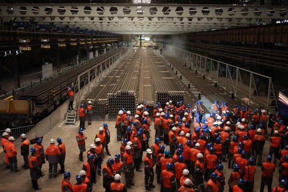 ArcelorMittal Poland otworzył 24 lutego 2014 r. w Dąbrowie Górniczej linię do produkcji długich szyn, stając się trzecim zakładem na świecie mogącym produkować szyny kolejowe o długości 120 m. To czterokrotnie więcej niż mierzą szyny produkowane dotąd w hucie. Przygotowanie tej inwestycji kosztowało 140 mln zł.