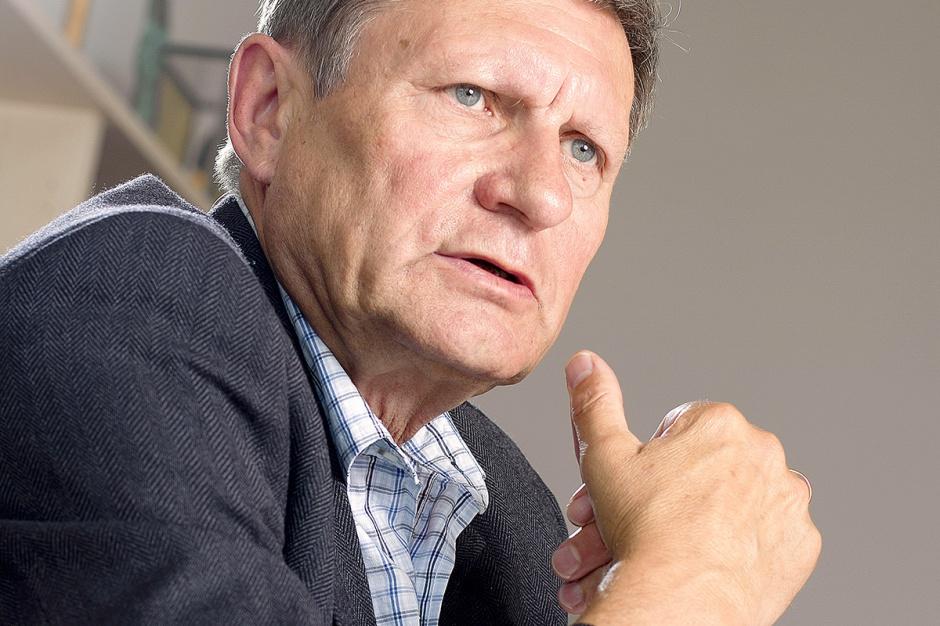 Prof. Leszek Balcerowicz, były wicepremier i minister finansów      - Rząd mówi o deregulacji, bo to ostatnio modne. A z drugiej strony wprowadza jednocześnie koncesje na handel węglem.