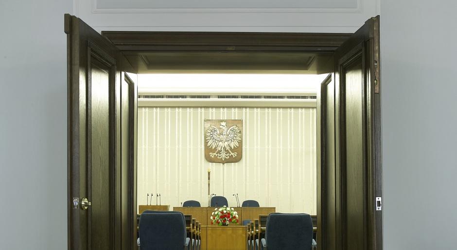 Komisja senacka zarekomendowała Senatowi przyjęcie ustawy o KNF