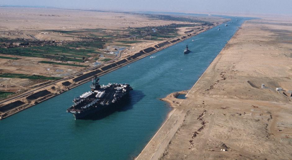 Egipt: Dwa holowniki śpieszą do Kanału Sueskiego, by pomóc w przesunięciu kontenerowca