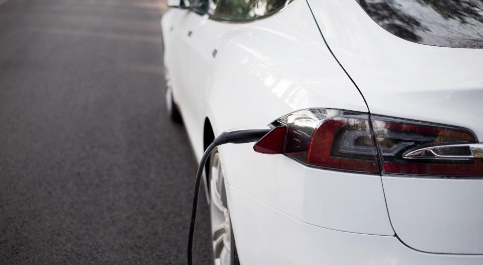 Tesla aplikacją zwiększa pojemność baterii