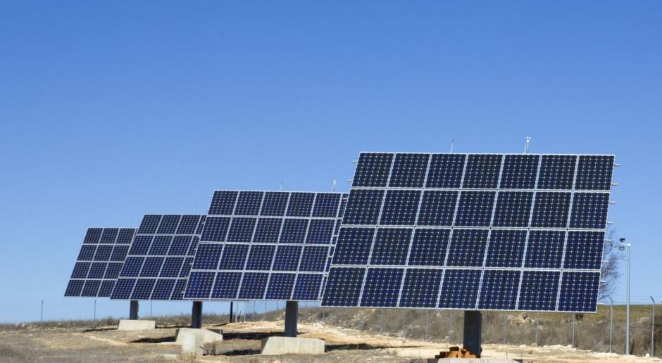 Słońce ładuje elektryczne pojazdy nad morzem