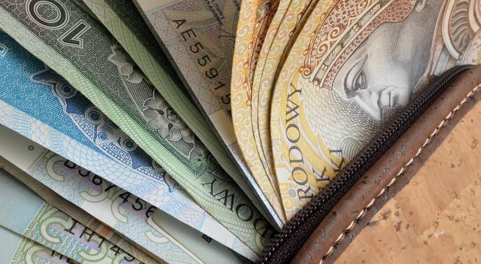 GUS: przeciętne wynagrodzenie w marcu o 3,3 proc. wyższe niż rok temu