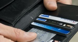 Polacy ostrożniejsi z kartami kredytowymi