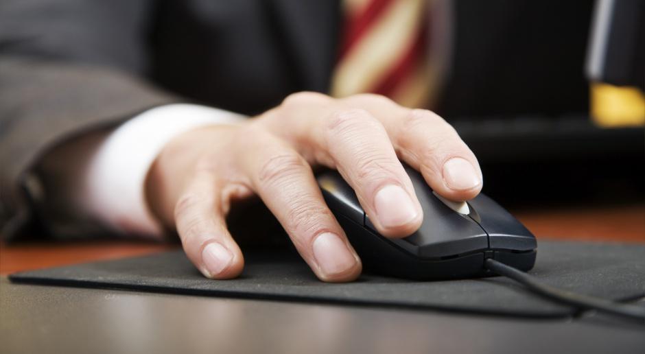 Coraz więcej oszustów udaje w sieci skarbówkę