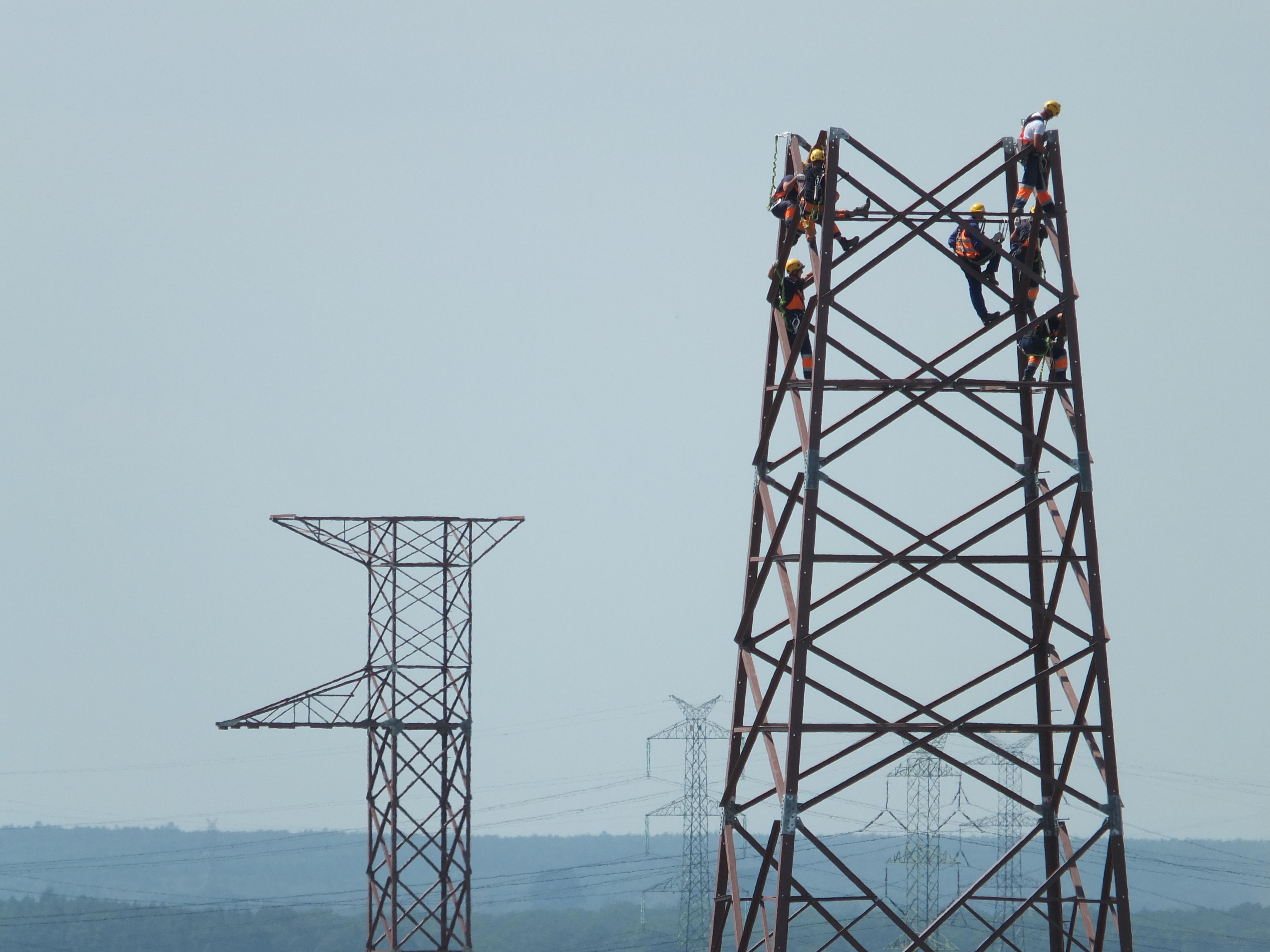 Montaż słupów energetycznych. Fot. PGE