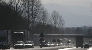 Opady śniegu w śląskim: kolizje na drogach, wstrzymano ruch pociągów