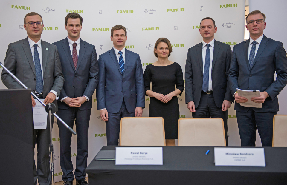 Podpisanie umowy o współpracy PFR z Famurem. W środku Jadwiga Emilewicz, wiceminister rozwoju