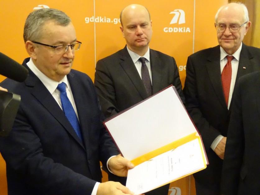 Andrzej Adamczyk z podpisanym programem inwestycyjnym dla S52 Fot. GDDKiA