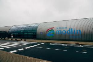Blisko przełomu w sprawie przyszłości lotniska w Modlinie. Niespodziewane wystąpienie marszałka