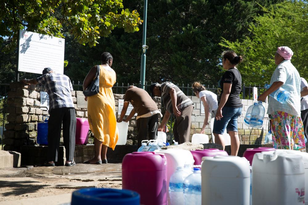 Kolejki do ujęć wody pitnej w Kapsztadzie. Fot. Shutterstock
