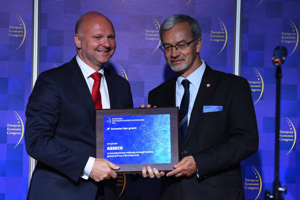 Artur Wiza, wiceprezes Asseco z Jerzym Kwiecińskim, ministrem inwestycji i rozwoju.