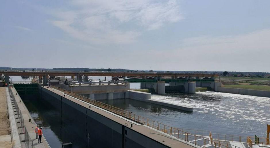Pierwsze wodowanie na śluzie stopnia wodnego w Malczycach