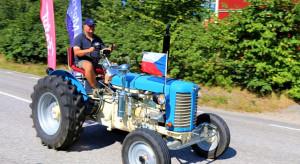 Nietypowy podróżnik zyskał sławę przemierzając Europę 70-letnim traktorem