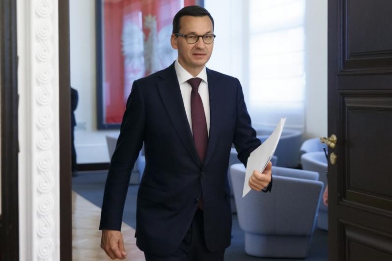 """Premier Mateusz Morawiecki podkreśla, że rząd i PiS walczy z """"apatią, paraliżem instytucji państwowych, z taką bylejakością"""" w państwie i samorządach. (fot KPRM Krystian Maj)"""