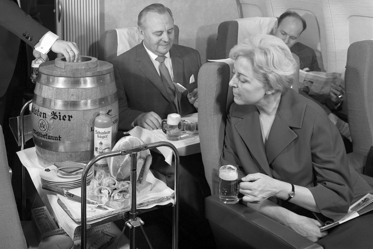 Kiedyś. Tak wyglądała Klasa Pierwsza na początku lat 60. – stewardesa nalewa świeżego Pilsa na pokładzie Boeinga 707. Lufthansa zabiegała przede wszystkim o amerykańskich klientów, serwując niemieckie piwo z beczki, bawarskie precle oraz soczystą szynkę. To wszystko było podawane z niewielką szklanką jałowcowego sznapsa o wysokiej zawartości alkoholu. Fot. mat. pras.