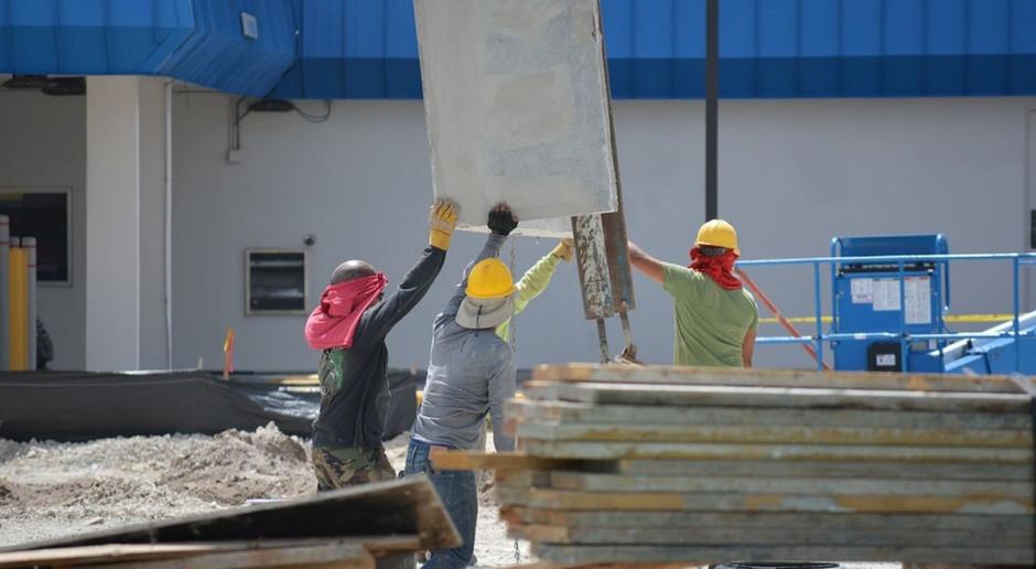 Wynagrodzenia w budownictwie stoją, choć pracowników ubywa