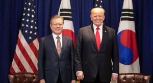 Wojujący z Chinami Trump zawarł w Azji duże porozumienie handlowe