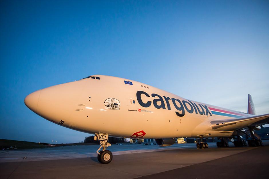 Najnowsza odsłona B747. Maszyna w wersji cargo przewoźnika Cargolux. Na boku sylwetka Joe Suttera twórcy B747. Fot. mat pras.