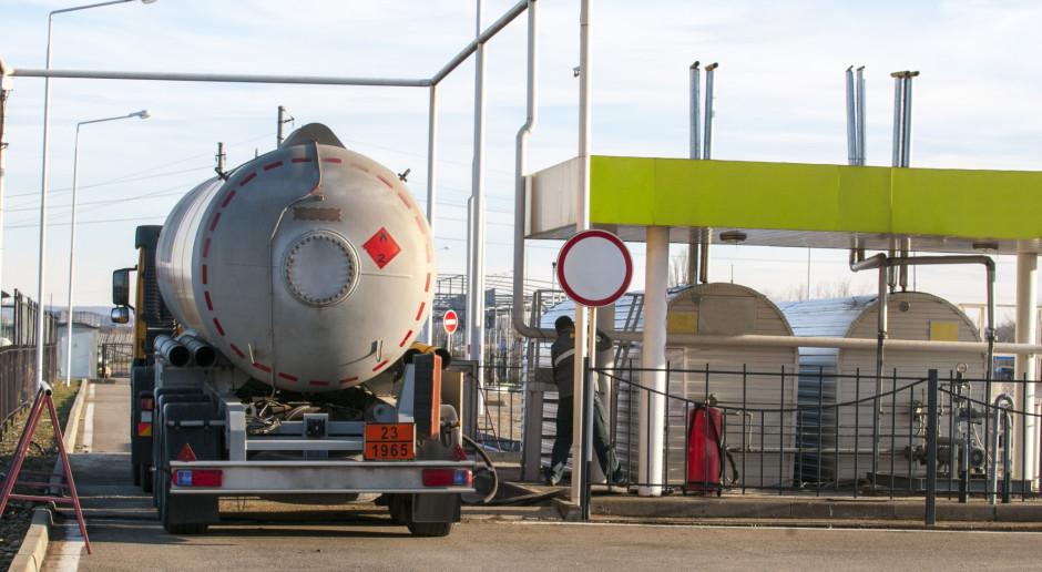 Nie ma co lczyć na obniżki cen paliw, choć ceny hurtowe spadają