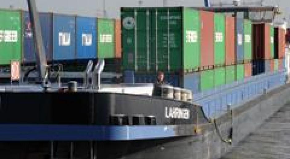 Tankowiec z 1300 tonami oleju napędowego utknął na Renie