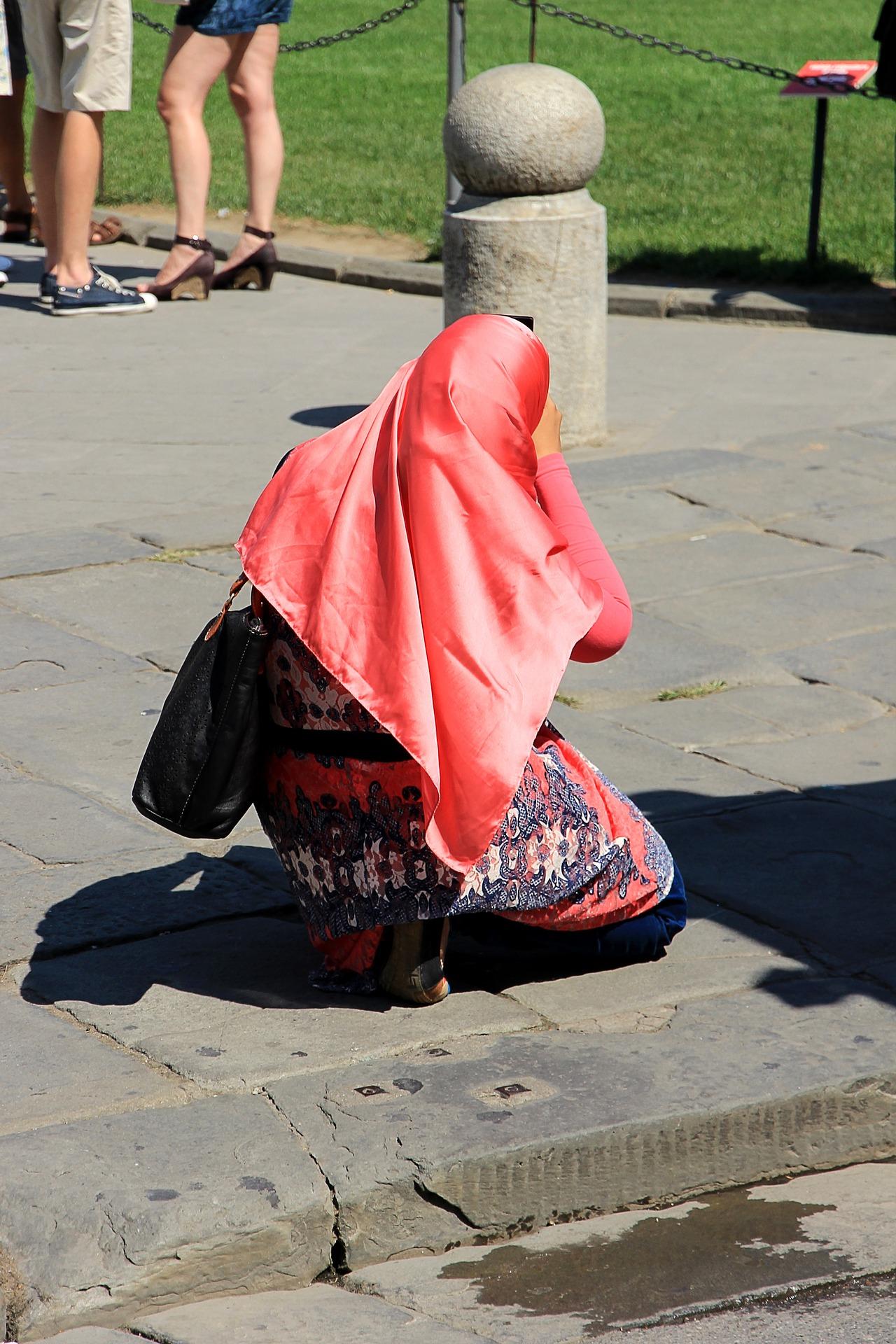 Modlący się muzułmańscy turyści w Europie są coraz częstszym widokiem (fot. Shutterstock)