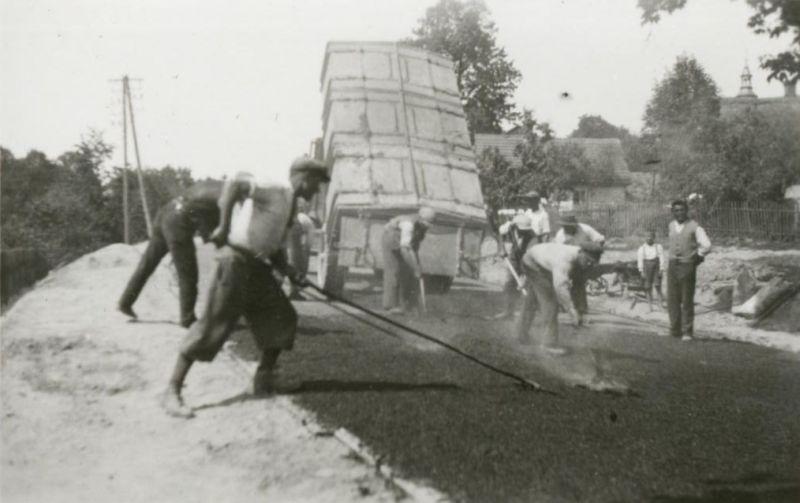 Budowa drogi lata w latach 20. XX wieku. fot. GDDKiA