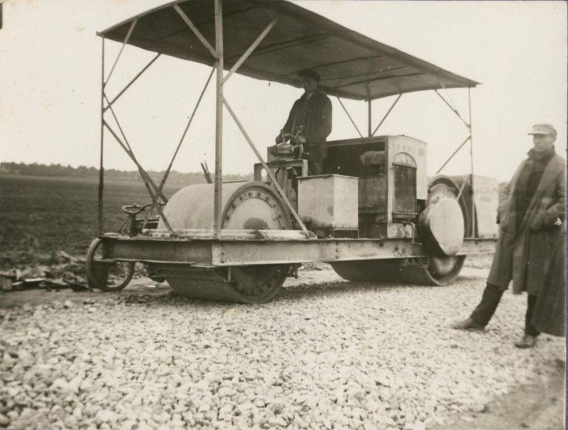 """Rok 1929. Wał motorowy """"Svedala"""" przy pracy. fot. GDDKiA"""
