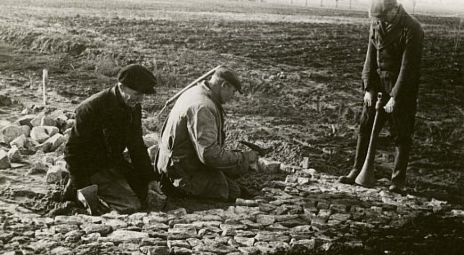 Układanie i ubijanie kostek brukowych, lata 50. XX wieku. fot. GDDKiA