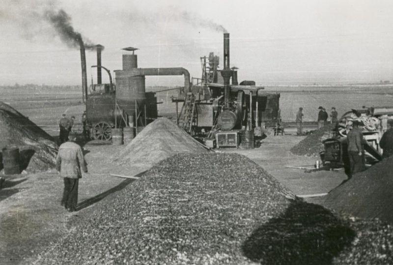 Rok 1946. Suszarka i otaczarka grysów bitumicznych. fot. GDDKiA
