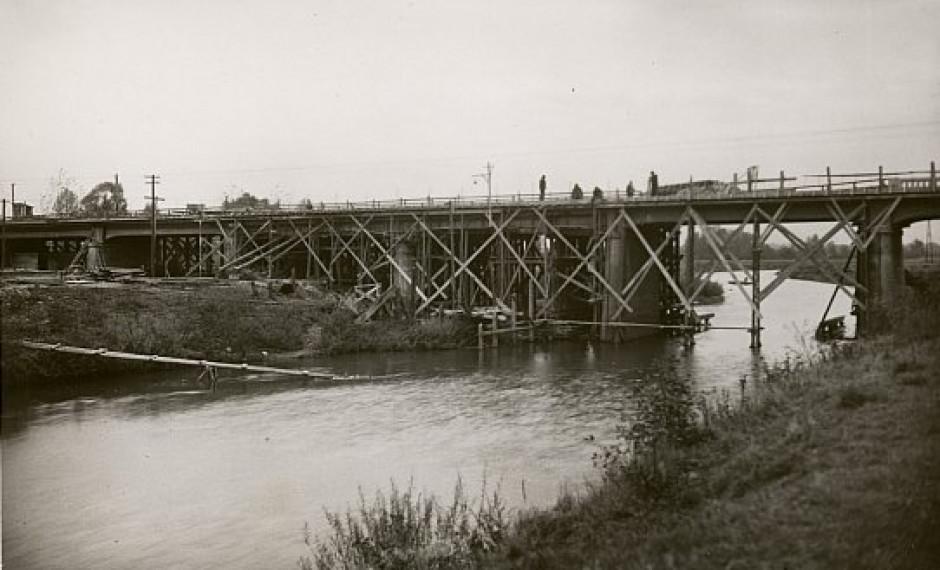 Rok 1948. Odbudowa mostu nad rzeką Wisłą w Goczałkowicach w ciągu drogi wojewódzkiej Mikołów - Bielsko. Fot. GDDKiA