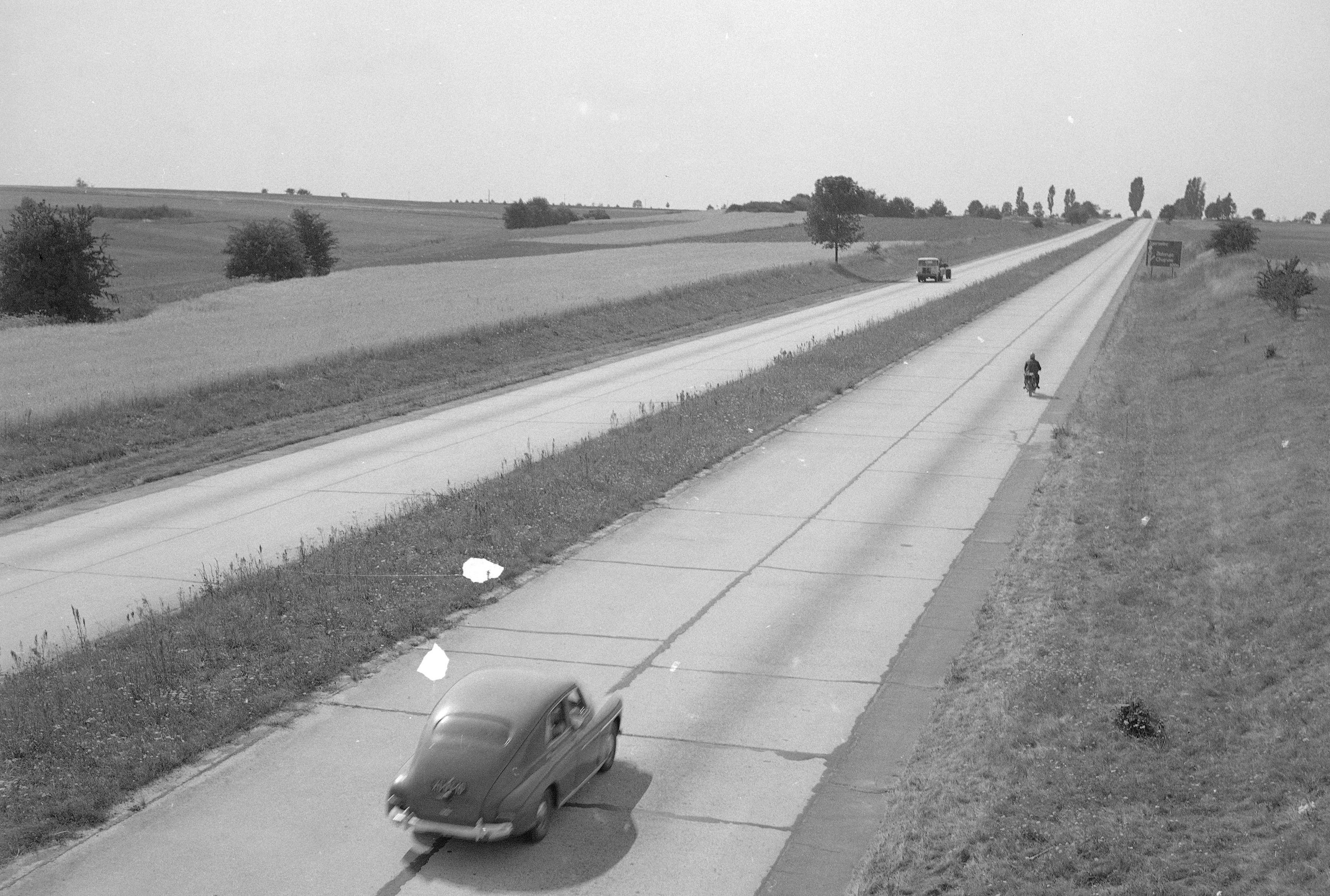 Rok 1969. Poniemiecka autostrada Wrocław - Zgorzelec przed zjazdem w kierunku Złotoryi i Chojnowa. fot. GDDKiA
