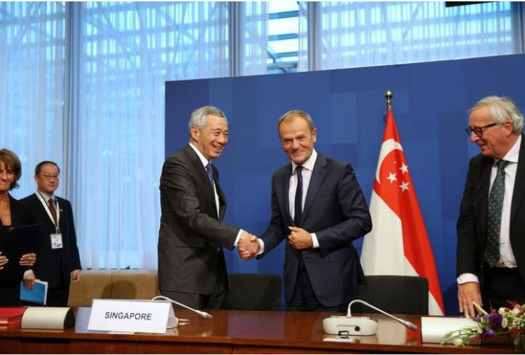 Podpisanie umowy EUSFA premier Singapuru Lee Hsien Loong, przewodniczący Rady Europejskiej, Donald Tusk oraz przewodniczący Komisji Europejskiej Jean-Claude Juncker