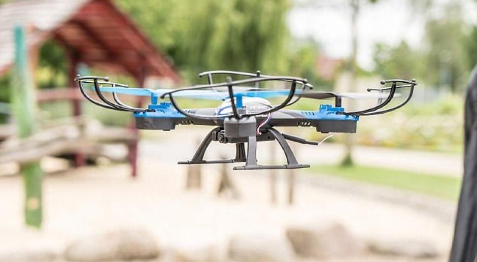 Dron to niebezpieczna zabawka. Fot. APS