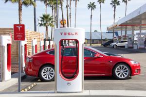 Elon Musk zapowiada budowę największej na świecie fabryki akumulatorów