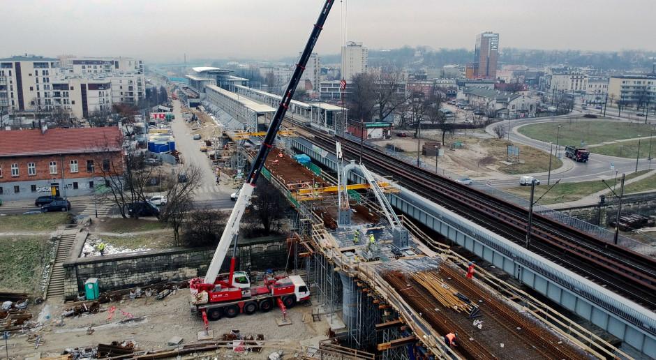 Kraków: budowa nowego mostu kolejowego przez Wisłę wkracza w kluczową fazę