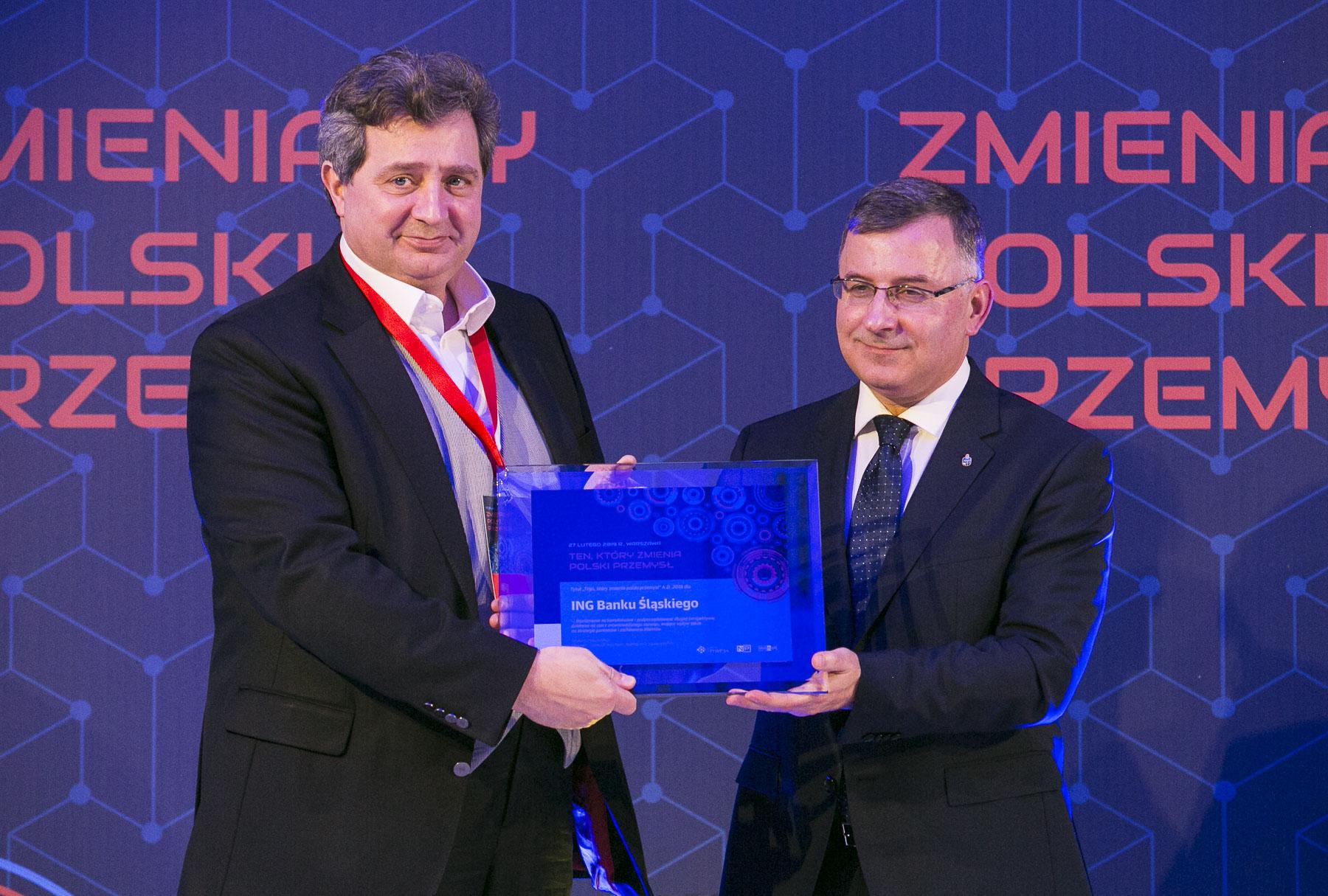 Brunon Bartkiewicz, prezes ING Banku Śląskiego odebrał nagrodę z rąk Zbigniewa Jagiełły, prezesa PKO Banku Polskiego