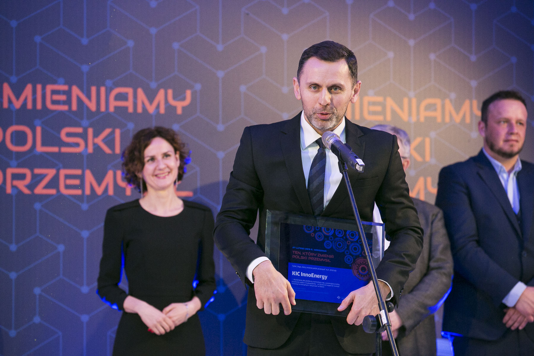 Jakub Miler, prezes InnoEnergy Central Europe odebrał tytuł z rąk Izabeli Żmudki, zastępczyni dyrektora Narodowego Centrum Badań i Rozwoju